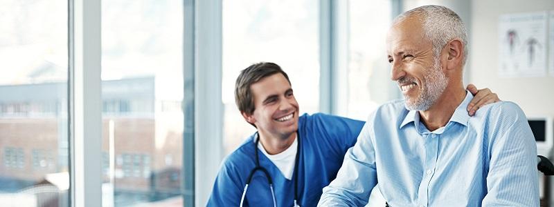 médico dando risada junto à seu paciente
