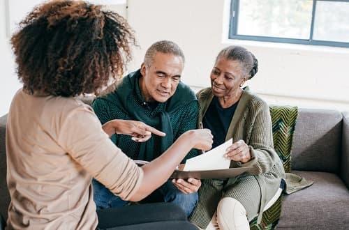 corretora de seguros oferecendo plano de saúde para casal